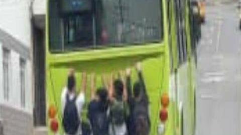 """Metrolínea rechaza """"piruetas"""" de jóvenes que se """"cuelgan"""" a los buses del SITM"""