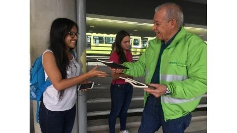 """En """"Semana de Las Letras"""", Metrolínea y el IMCT regalaron libros a usuarios del SITM"""