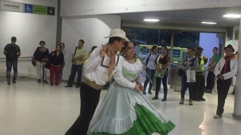 """Las Danzas de Rasgatierra se """"tomaron"""" Metrolínea"""