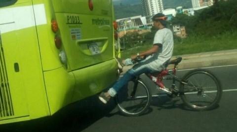 Metrolínea advierte posibles fatalidades por maniobras de ciclistas en el área metropolitana