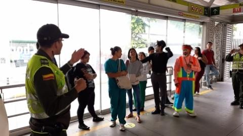 'No todas las cosquillas te hacen reír', campaña de seguridad de Metrolínea y la Policía